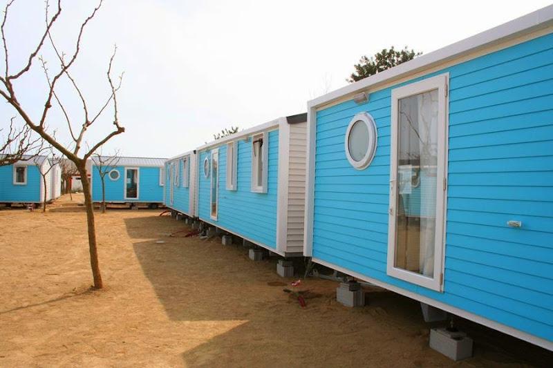 Instalando nuevos mobilhomes Camping Joan Cambrils