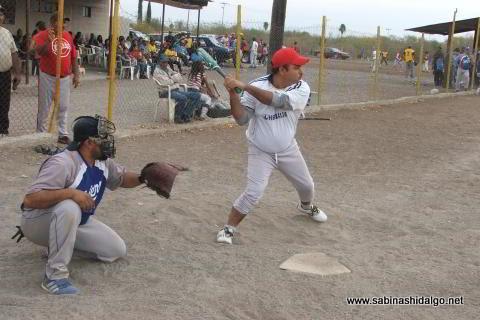 Horacio del Bosque de Diablos en el softbol del Club Sertoma