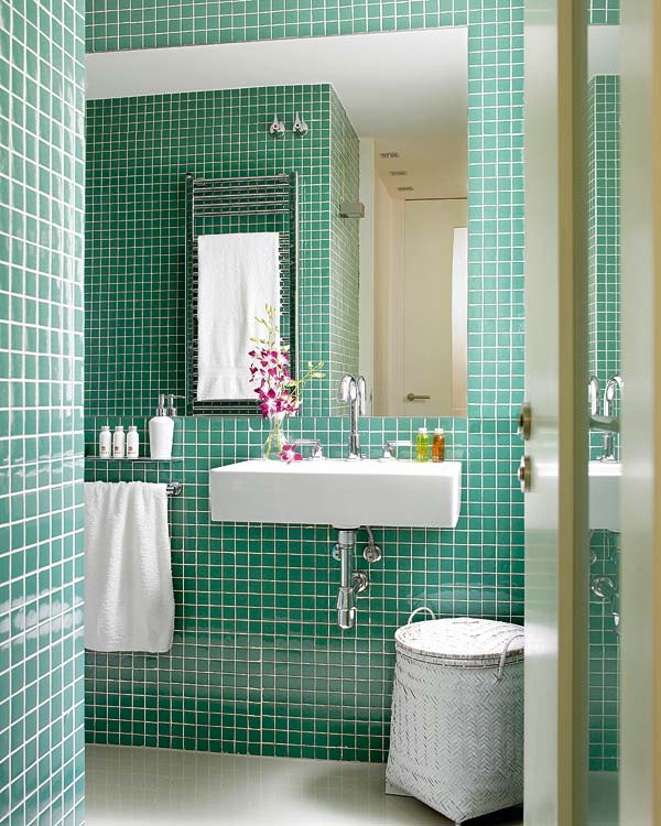 Installing mosaic tile on bathroom floor : Using colored mosaic tiles to create a dramatic and