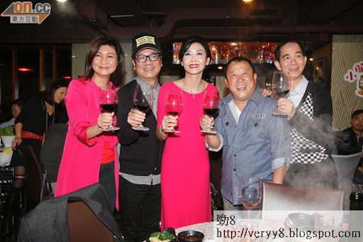 TVB高層樂易玲(右一)到場支持《2013我愛HK恭囍發財》的Party。