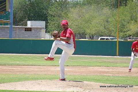 Pablo Omar Buentello lanzando por Mineros de Vallecillo en en beisbol municipal