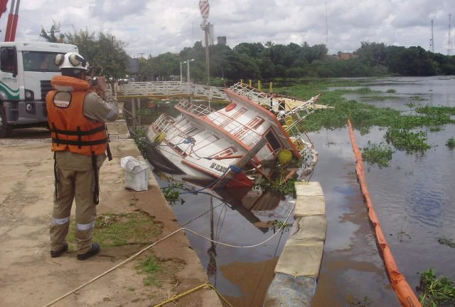 IMAGEM - Vale derrama óleo no Rio Mearim