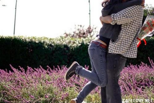 Hình ảnh ôm nhau trong niềm vui tình yêu
