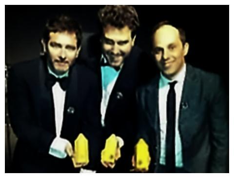 Eduardo Lima, Pedro Prado e Rodrigo Castellari, equipe de criação do comercial, em entrega de prêmio internacional, em Londres.