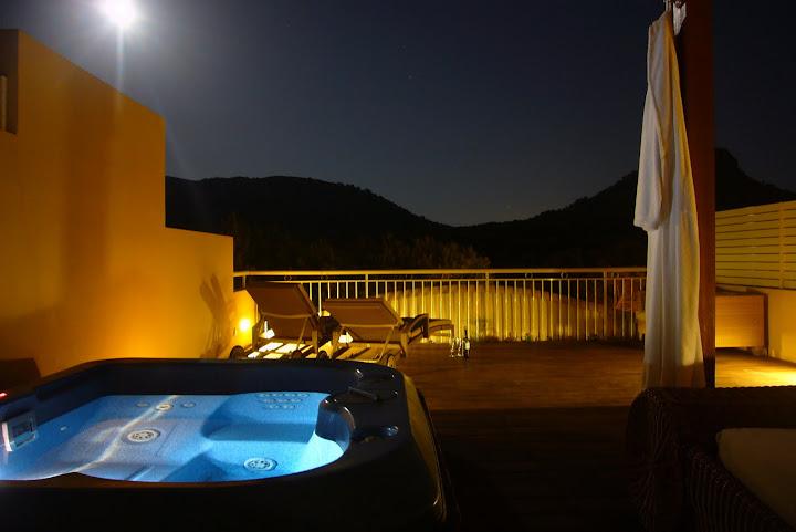 terraza del vanity suites cala mesquida de noche