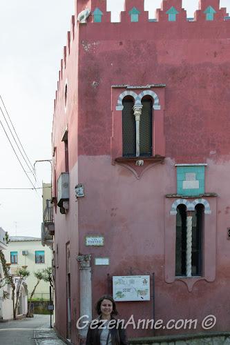 Anacapri'de kırmızı ev, Casa Rossa, önünde, Capri adası