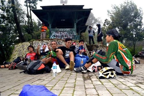 Gambar ini menunjukkan keakraban peserta GowesJelajah Bromo ketika berada di tempat istirahat.