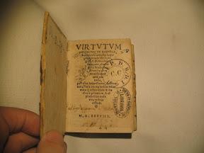 Portada con el texto en forma de doble flecha y varios sellos de propietarios.