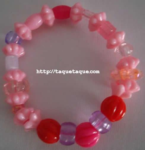 pulsera con abalorios de color fucsia, incluidos en el set de abalorios de Hello Kitty