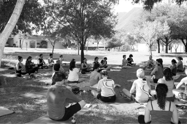 sukhino yoga en el parque monterrey