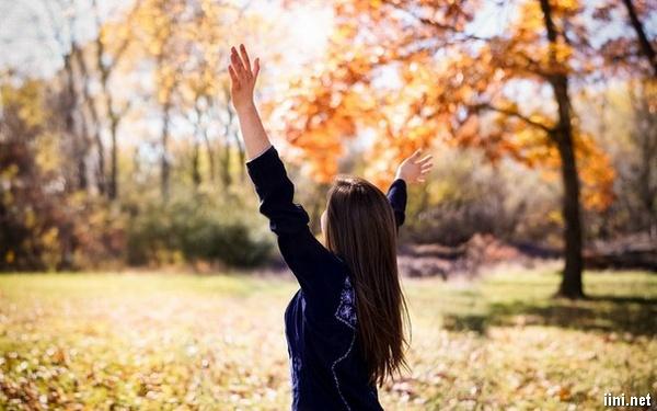 ảnh cô gái và mùa thu