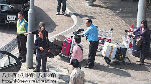 超蓮充當指揮,安排行李放上車,並安頓親友一起離開。