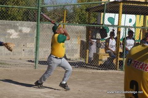 José Ángel Alvarado bateando por Insulinos en el softbol de veteranos
