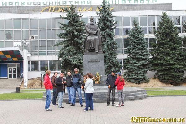 Учасники екскурсії біля пам'ятника М.Грушевському
