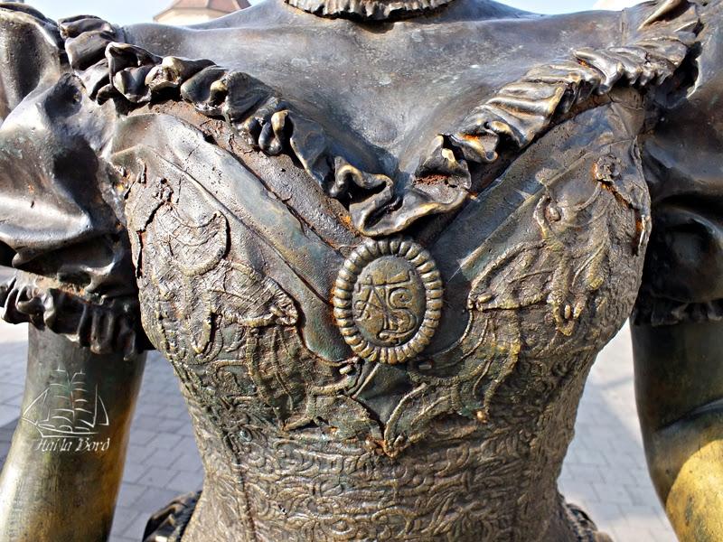 detaliu rochie statuie cetatea alba iulia