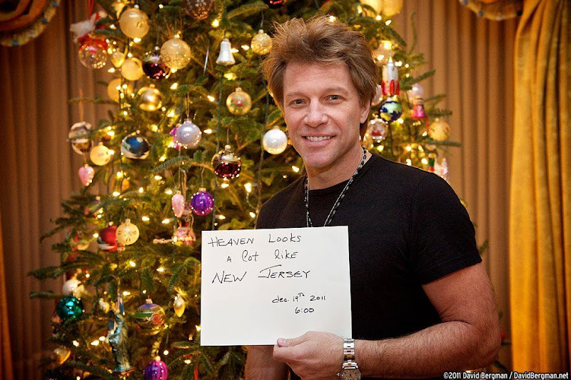 """[Foto do Dia] Jon Bon Jovi conta como é vida depois da morte: """"O paraíso se parece muito com New Jersey"""""""