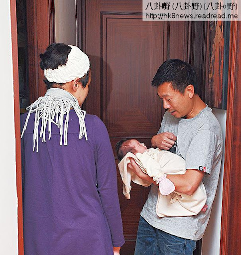 坐月期,唔想肥樣出鏡的羅敏莊做指揮官,指揮老公湊女,半個月已將阿邦訓練成全能湊仔公。