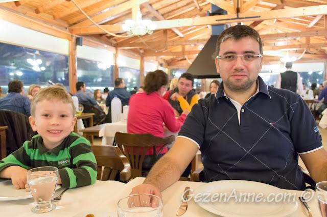 Akın'ın Yeri restoranında yemek yerken, Özbek Köyü Urla İzmir