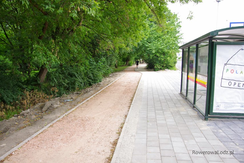 Przystanek autobusowy mijany z odpowiednia odległością.