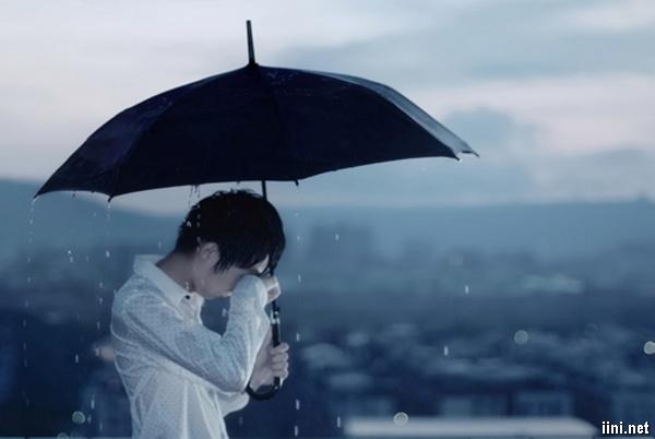 ảnh chàng trai khóc trong mưa