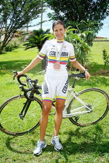 Elizabeth Agudelo. Con 2 medallas de oro en la Copa Colombia de Pista de 2009, la paisa de pista y ruta afirma que entrena todos los días, a veces doble turno, sobre todo cuando están en proceso de preparación para los campeonatos. Es comparada con la ciclista María Luisa Calle.