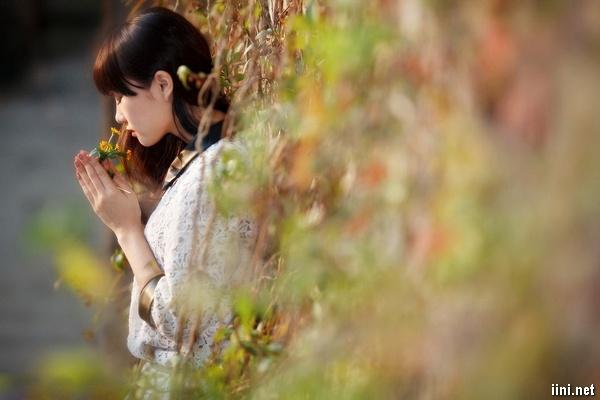 ảnh cô gái đang ngửi hương hoa