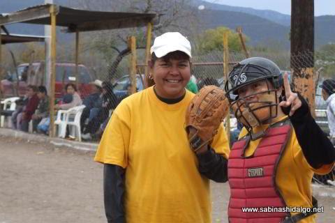 Margarita Milián y Olga Zurricanday de Chicas Sertoma en el softbol femenil