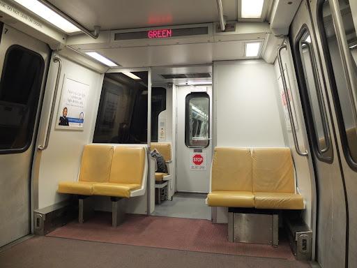 ワシントンの地下鉄の車両内部