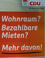 Wahlplakat: »CDU Köln ... Wohnraum? Bezahlbare Mieten? Mehr davon!«.