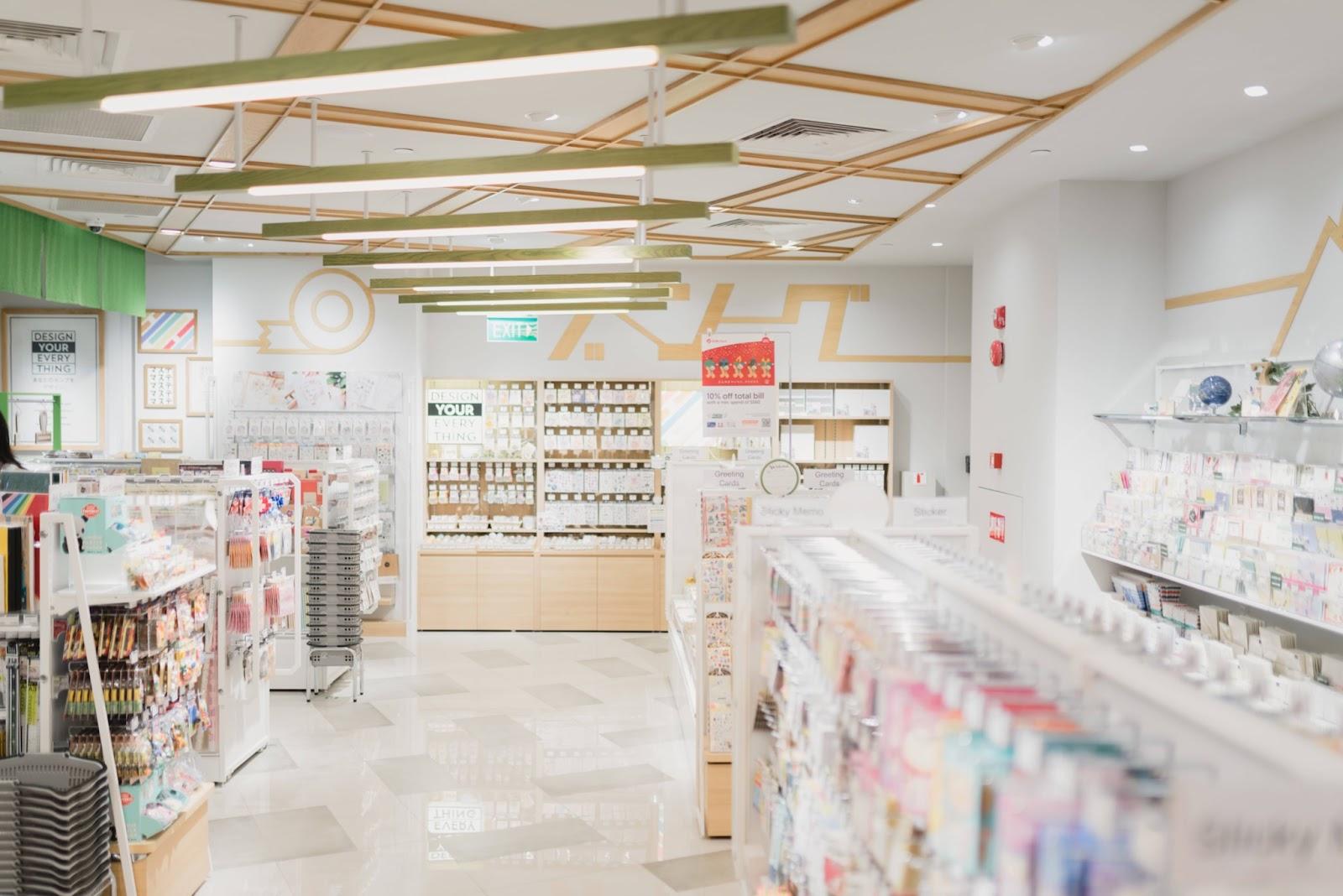 Foto dell'interno di una farmacia con diversi scaffali con molti farmaci e prodotti