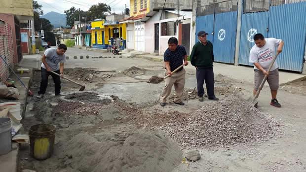 A falta de apoyo, vecinos salen a bachear carretera en mal estado