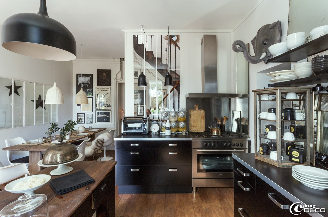 L'espace cuisine équipée Ikea se referme grâce à une banque de magasin chinée à la Brocante Corinne aux Puces du Canal à Villeurbanne