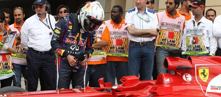 Sebastian Vettel examina el Ferrari de Fernando Alonso en Baréin 2013, Bahrein
