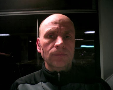 Chris im Nahverkehrszug - fotografiert mit Webcam des Asus-Netbook