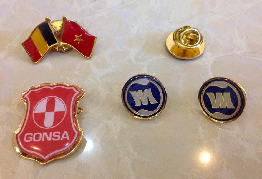 Chuyên làm logo đồng, logo cài áo, thẻ tên đồng, thẻ tên đeo áo, mac đồng, mac inox, nhãn đồng