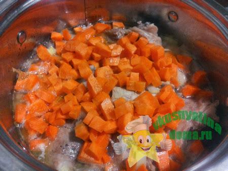 Курица тушеная с луком и морковкой
