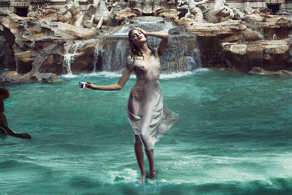Девушка стоит на воде