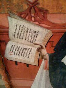 Manuscrito gótico con letras miniadas rojas y guías para el amanuense.