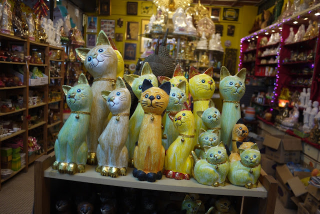 cat statues for sale at a shop in Kek Lok Temple