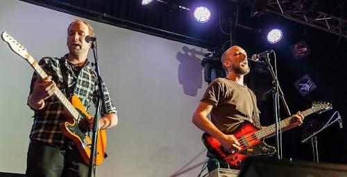 Das Duo Kunstfehler mit ihren Gitarren an den Mikrofonen.