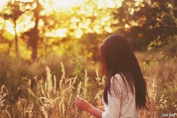 ảnh cô gái buồn đi dạo trong đồi cỏ mây