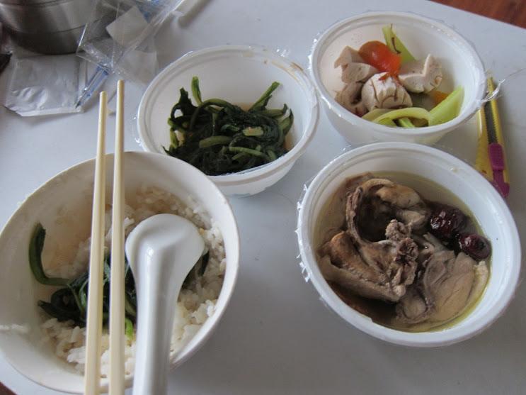 第 2 日午餐燉湯:五味子燉排骨湯(含薑、神祕藥材)