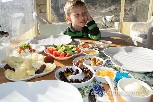 Ege kahvaltımızı yaparken, Asma Han otel Alaçatı Çeşme İzmir