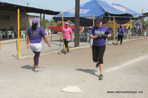 Sanjuanita Elizalde de Pekes de Bustamante anotando en el softbol femenil del Club Sertoma