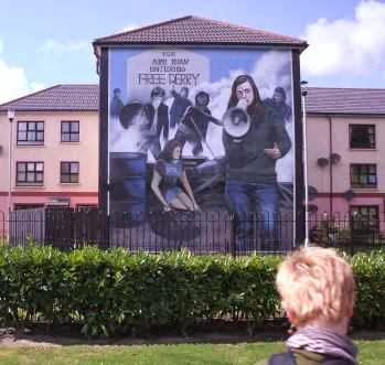 Hauswand-Gemälde in Nordirland: YOU ARE NOW ENTERING FREE DERRY
