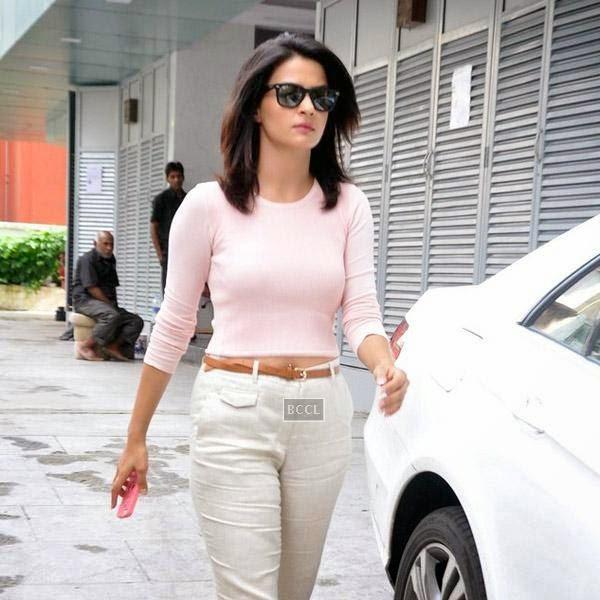Surveen Chawla snapped at Bandra in Mumbai, on July 21, 2014.(Pic: Viral Bhayani)