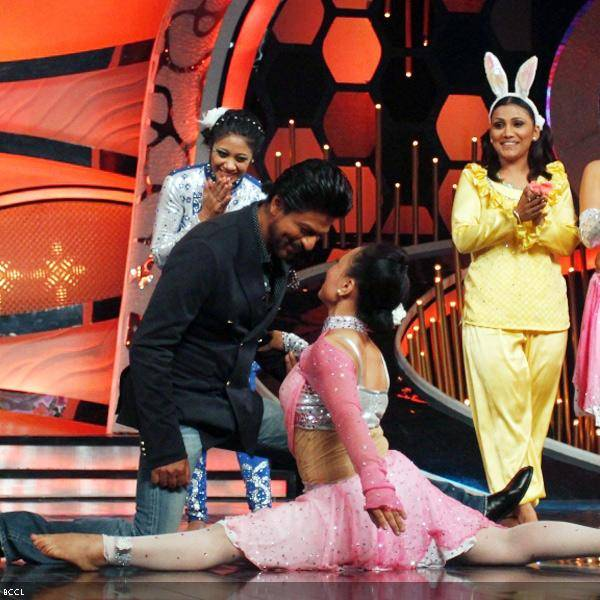 Shah Rukh Khan charms a participant at the promotion of the movie Chennai Express, on the sets of dance reality show DID Super Moms, in Mumbai, on July 3, 2013. (Pic: Viral Bhayani)