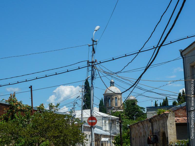 Провода в Грузии зачастую прокладывают прямо по воздуху