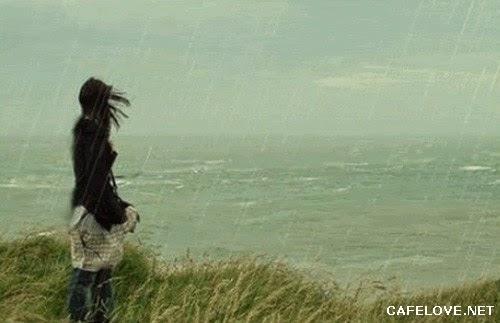 Hình ảnh cô gái đi dưới biển trong cơn mưa