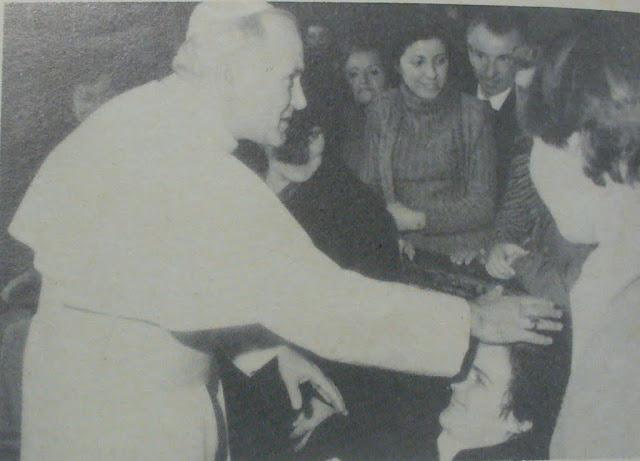 Giovanni Paolo II con le ospiti del Piccolo Rifugio